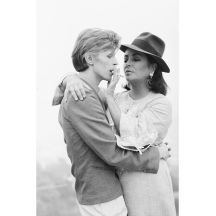 Singer David Bowie sharing a cigarette with actress Elizabeth Taylor in Beverly Hills, 1975. It was the first occasion that the pair had met. (Photo by Terry O'Neill/Getty Images)